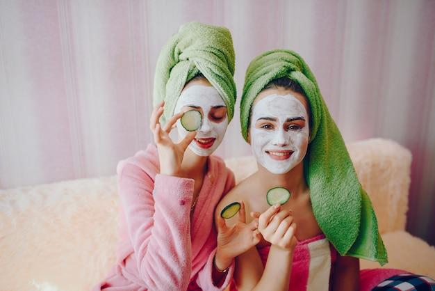 顔のマスクを持つ少女