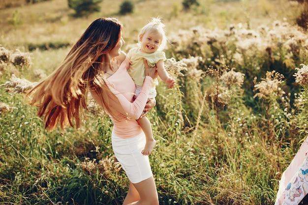 小さな娘と母