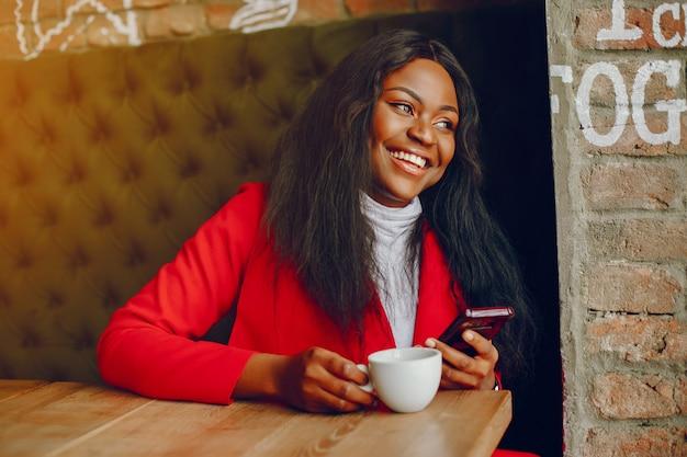 かわいい女の子、カフェで