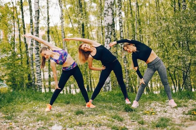 公園のスポーツ女の子