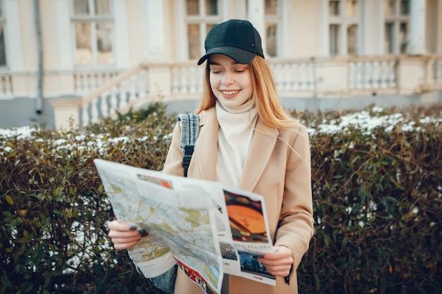 Красивая девушка путешествует
