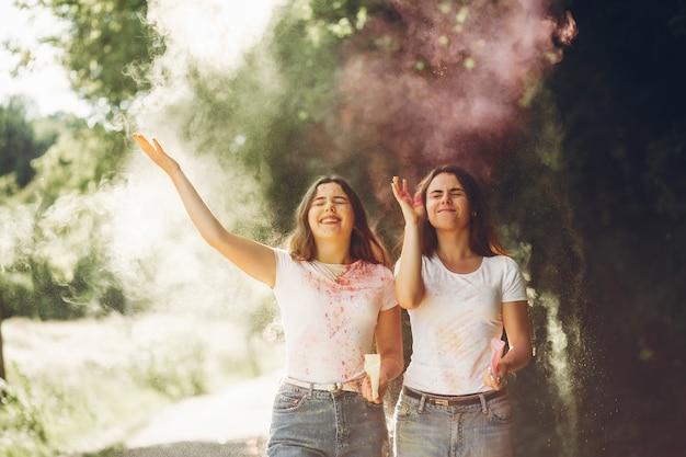 Милые сестры в парке