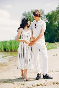 夏の公園のかわいいカップル