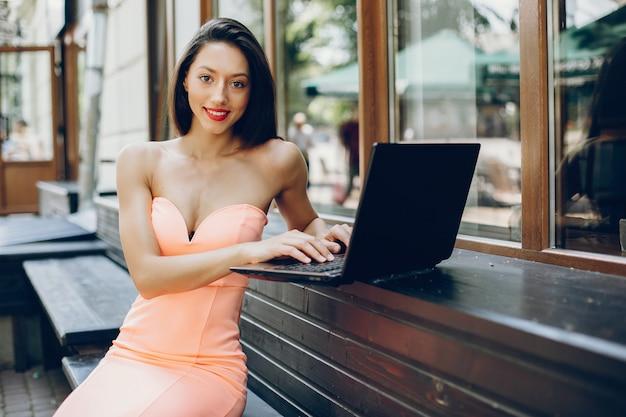 エレガントな女性とラップトップ