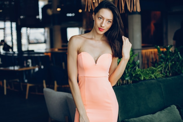 エレガントな女性は、ピンクのドレス