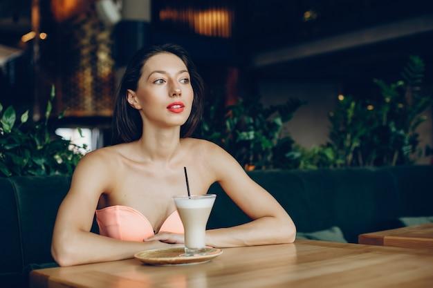 エレガントな女性とコーヒー