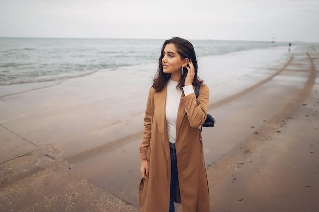 ビーチで歩いている若い女の子