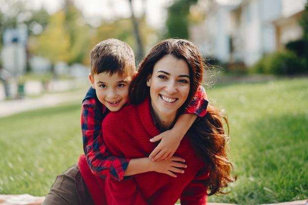 美しい母と小さな息子