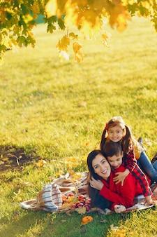 小さな子供たちと美しい母親