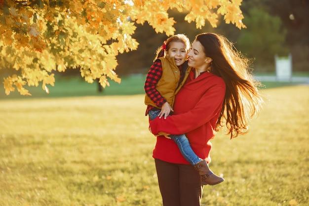Красивая мама с маленькими детьми