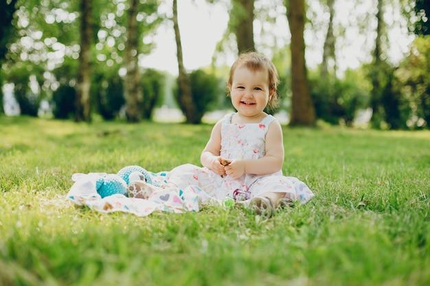 小さな女の子が公園で休んでいる