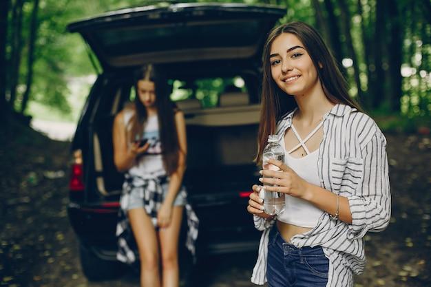 車の近くの二人の女の子