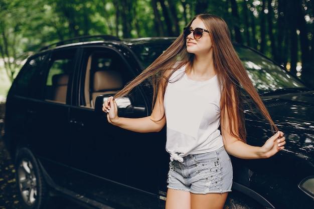 車の近くのかわいい女の子