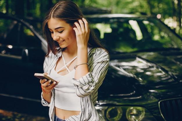 Красивая девушка возле машины