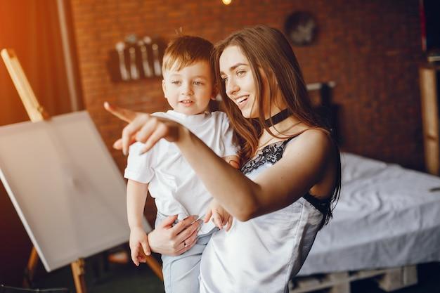 小さな息子の母