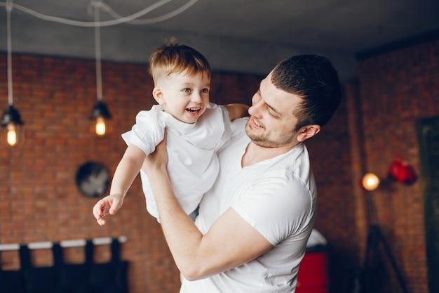 Отец с маленьким сыном