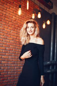 スタジオの美しい女性