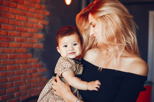 彼女の娘との愛する母