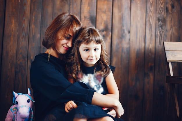 Любящая мать с дочерью