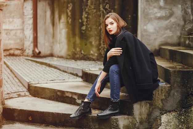 都市に座っている美しい女の子