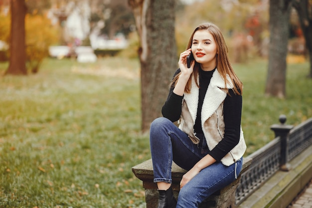 Красивая девушка в городе