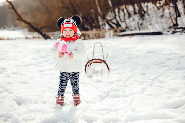 冬の公園の小さな女の子