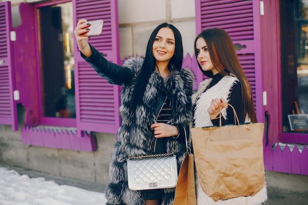 都市の二人の女の子