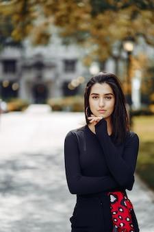 彼女の学校のキャンパスを歩いてスタイリッシュな女の子