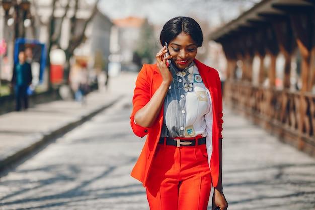 Чернокожая женщина в городе