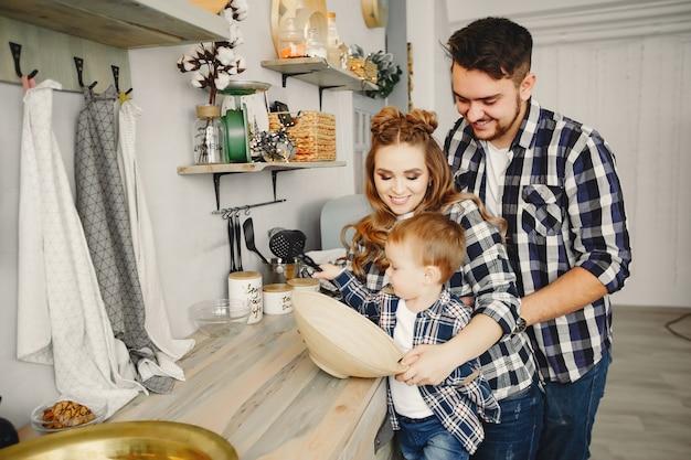 かわいい家族は台所で楽しんでいます