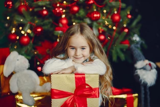 クリスマスの真珠の近くの小さな女の子