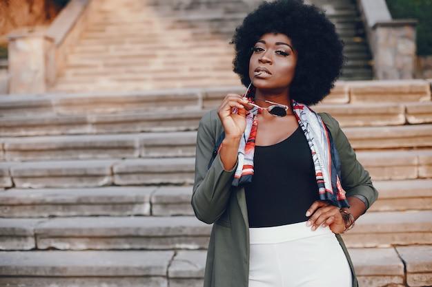 夏の街でのアフリカの女の子