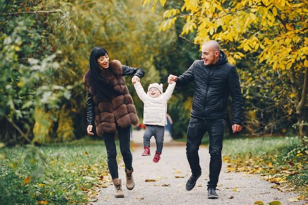 秋の公園で家族