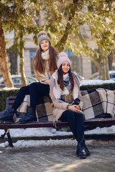 Счастливые девушки в зимнем городе