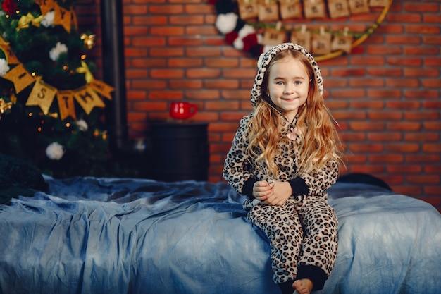 自宅で小さな女の子