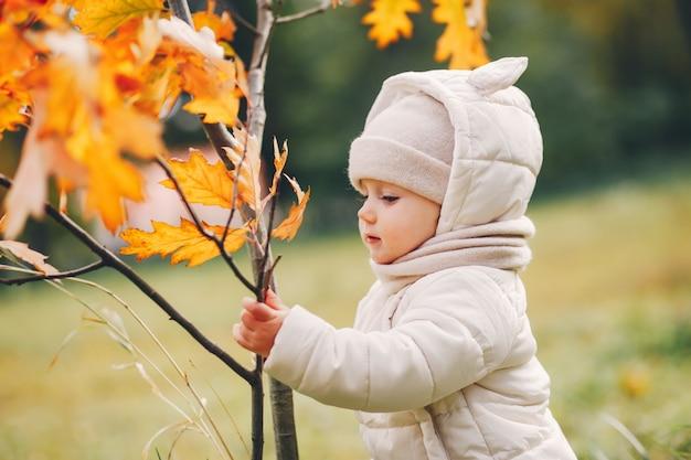 秋の公園で小さな女の子