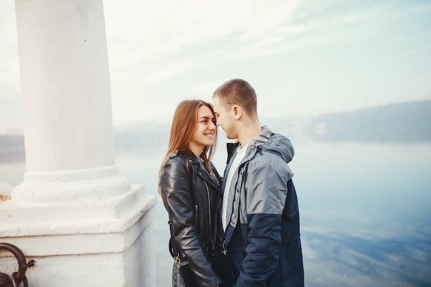 秋の公園でカップル