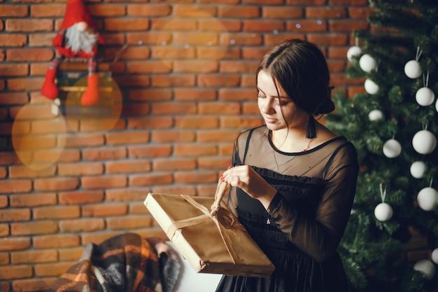 プレゼントを持った女性。