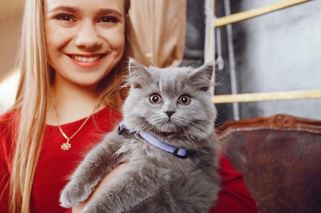 猫を持つ少女