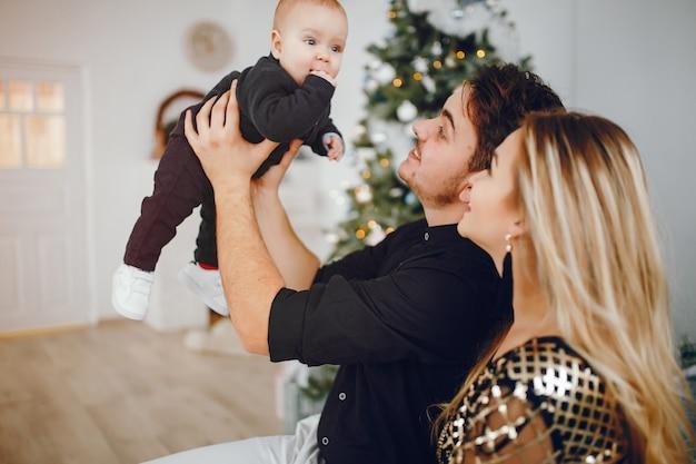 クリスマスツリーの近くに家族