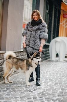 犬を持つ女の子