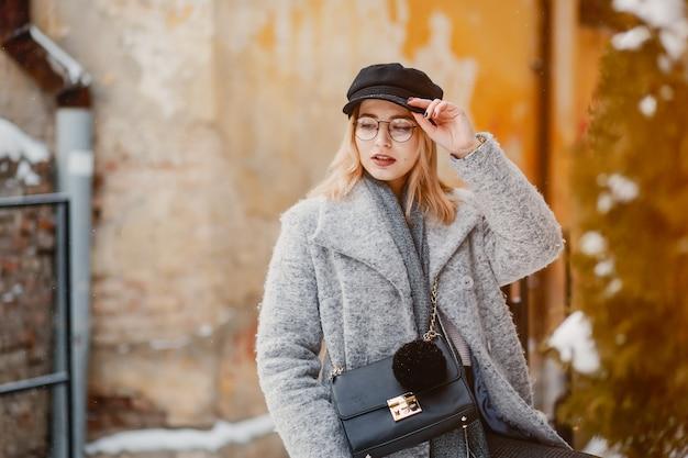 Девушка в зимнем городе