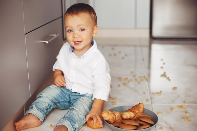 自宅で小さな男の子
