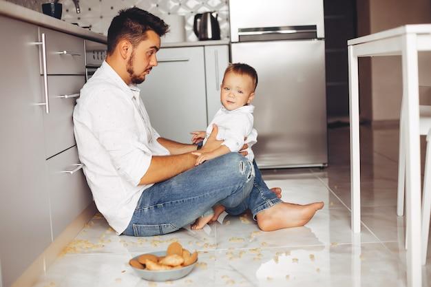 家で息子と父