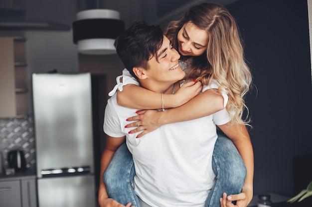 自宅で美しいカップル