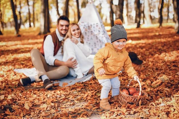公園で美しく、スタイリッシュな家族