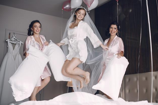 Невеста с подружкой невесты