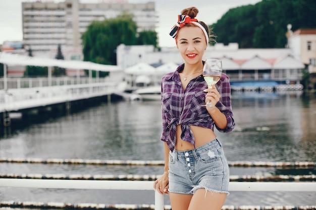 スタイリッシュなピンナップを持つ少女