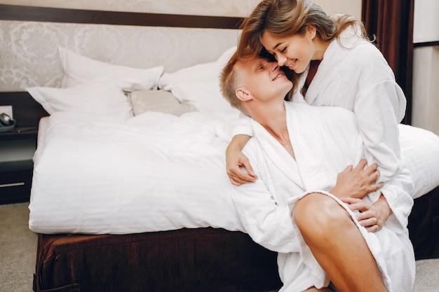 ホテルのカップル