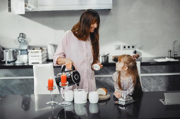 台所で娘を持つ母